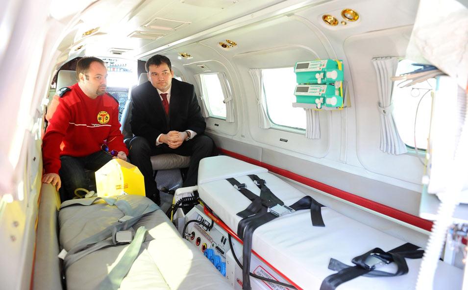 Dr Bogdan Matei, medic SMURD Bucuresti si Ministrul Sanatatii Attila Cseke - prezentare avion